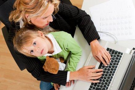 Pracující matky mívají úspěšné dcery a syny, kteří se nebojí domácích prací