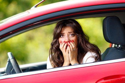 Řidičky, pozor! 4 nejčastější chyby, které děláte za volantem!