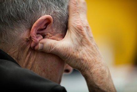 Alzheimer souvisí s rodným jazykem? Američany možná mají léčit jinak než Čechy