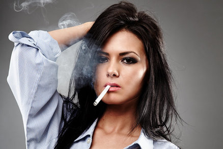 9 tipů, jak se zbavit pachu cigaretového kouře z vlasů i oblečení