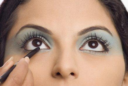 Chcete mít dokonalé oční linky? Přestaňte dělat tyhle čtyři chyby!