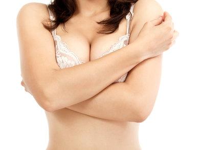 Zlozvyky, které vedou k povislým prsům. Máte je také?