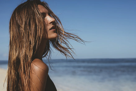 6 tipů, jak neskončit po létě s vlasy jako chemlon!