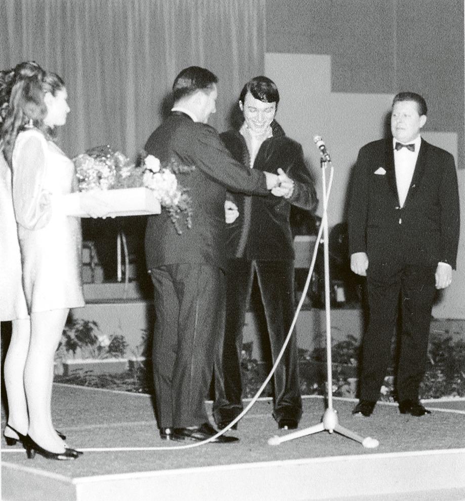 Karel Gott dostal svého prvního Zlatého slavíka v roce 1963.