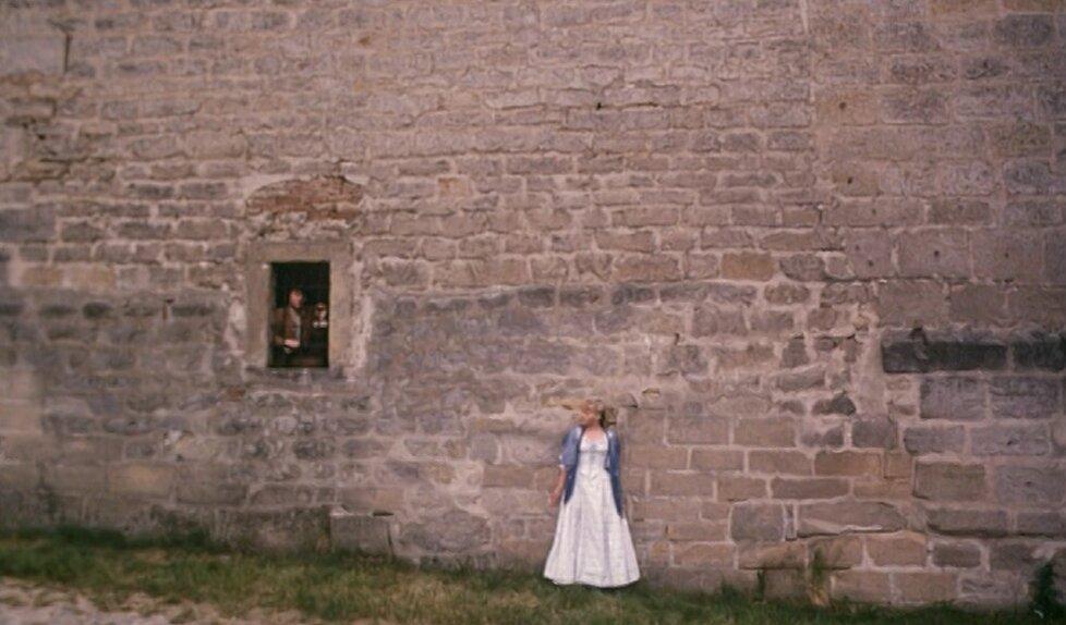 Najednou je ale římsa okna o hodně výš než hlava princezny.