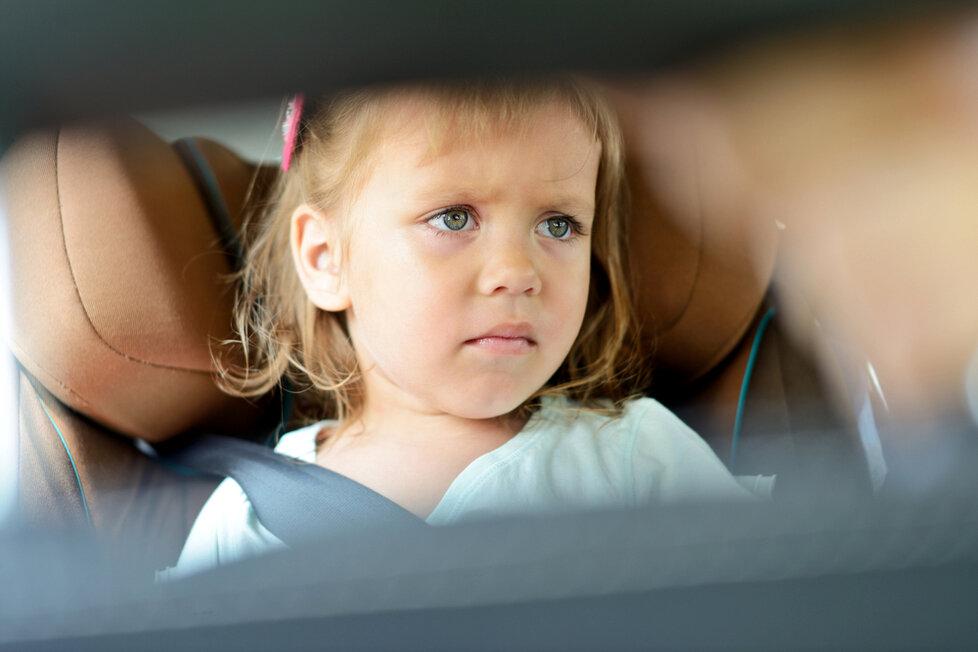 Při delších jízdách autem děti často trpí nevolností.