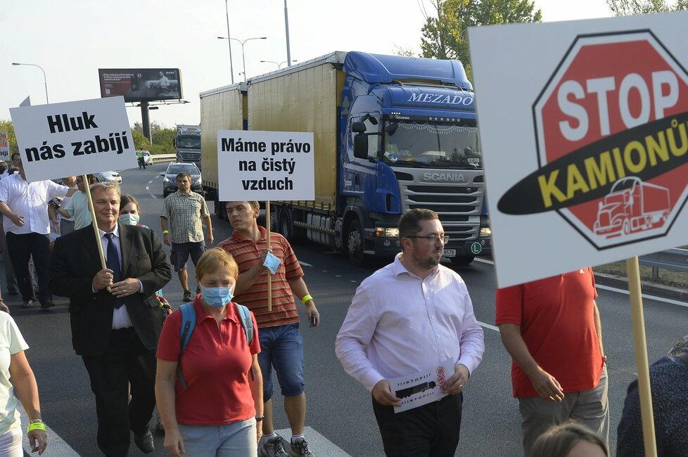 Desítky lidí zablokovaly Spořilovskou spojku. Chtěli upozornit na hluk a smrad, ve kterém musejí žít kvůli chybějícímu okruhu.
