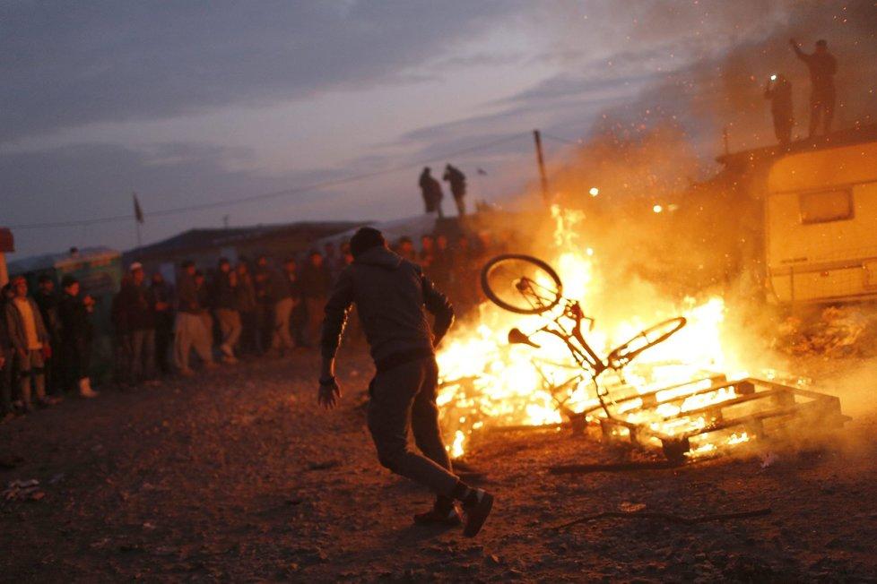 Zbývající migranti založili v táboře v Calais obří požár. Chtějí tak zabránit likvidaci tábora, kterou nařídily francouzské úřady.