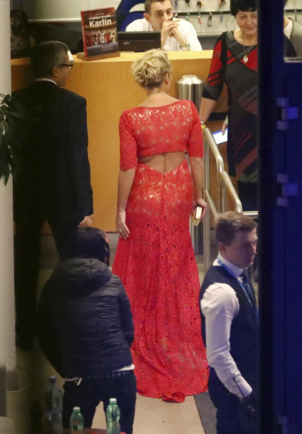 Šaty Lucie Borhyové odhalily možná víc než chtěla.