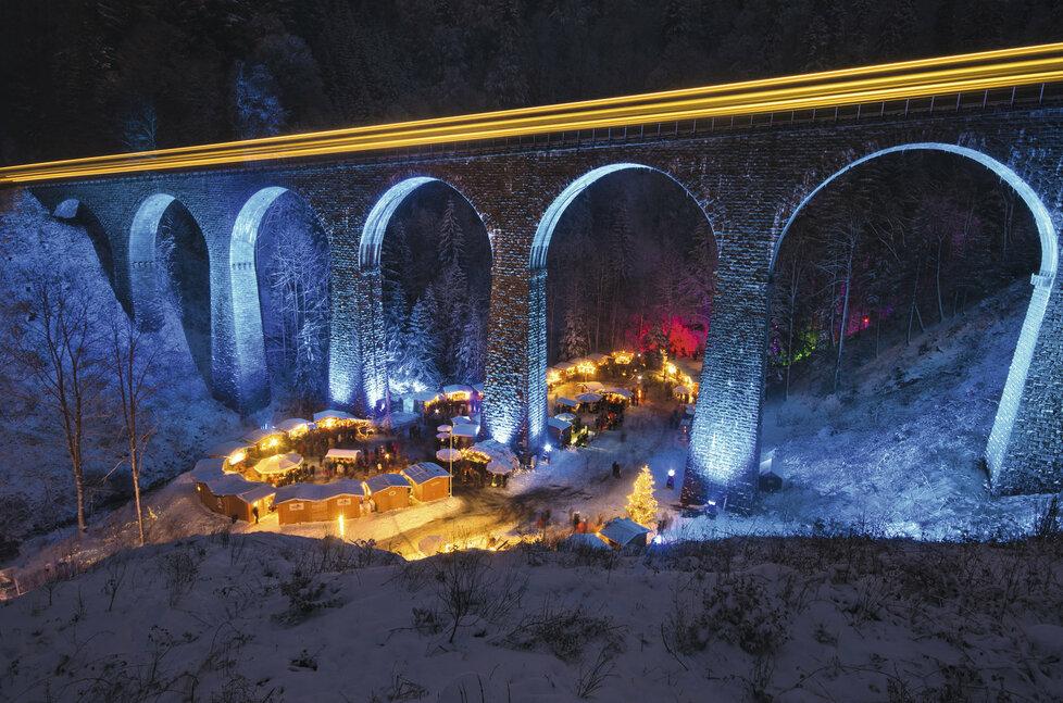 Adventní trhy v soutězce pod viaduktem - Ravennaschlucht, Německo