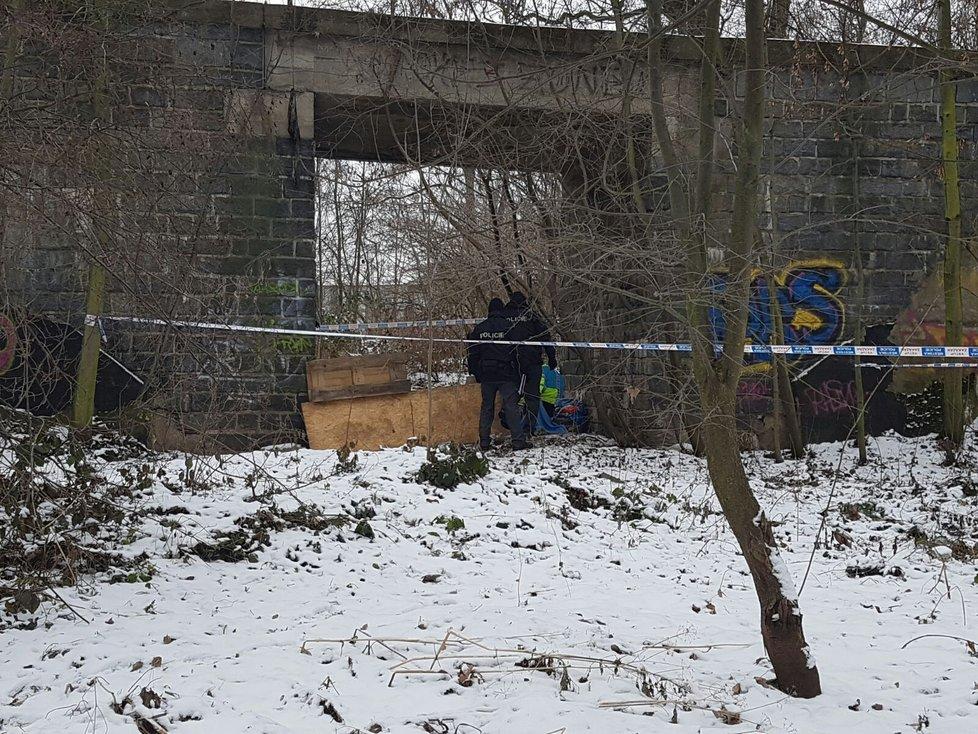 V ulici U Přejezdu v Horních Měcholupech zemřel bezdomovec, zabil ho mráz.