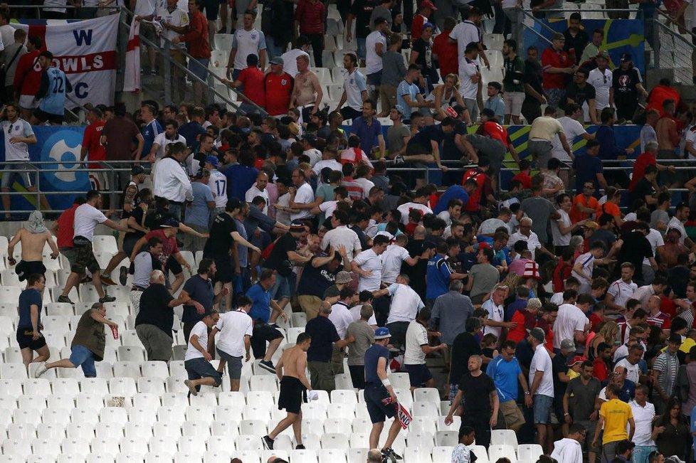 Při bojích mezi ruskými a anglickými fanoušky byly ve francouzském Marseille zraněny desítky lidí.
