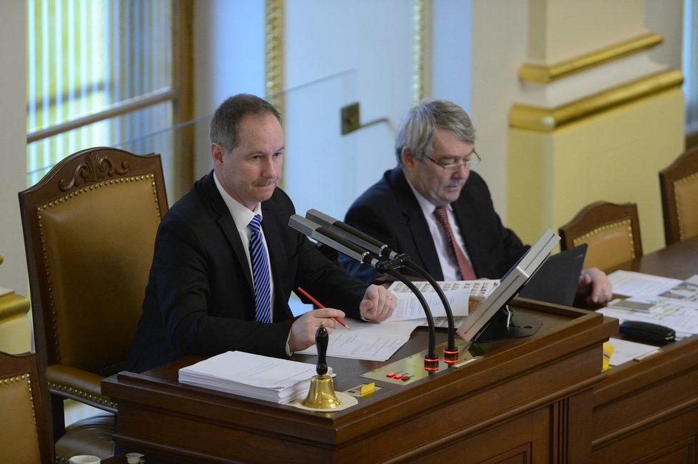 Petr Gazdík při řízení schůze Poslanecké sněmovny. Po jeho levici šéf komunistů Vojtěch Filip