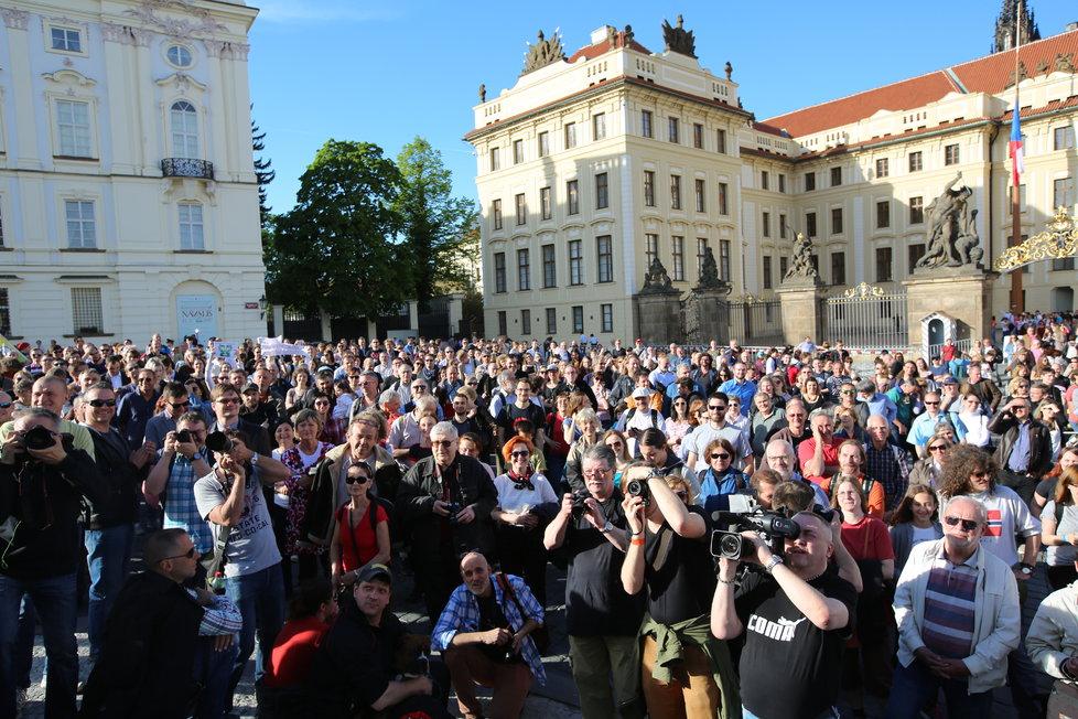 Protesty proti ministru financí Andreji Babišovi (ANO) a prezidentu Miloši Zemanovi se z Václavského náměstí přesunuly na Hradčanské náměstí, tedy před Pražský hrad.