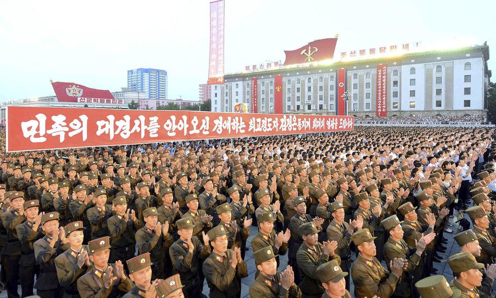Oslavy úspěšného raketového testu v severokorejském Pchjongjangu