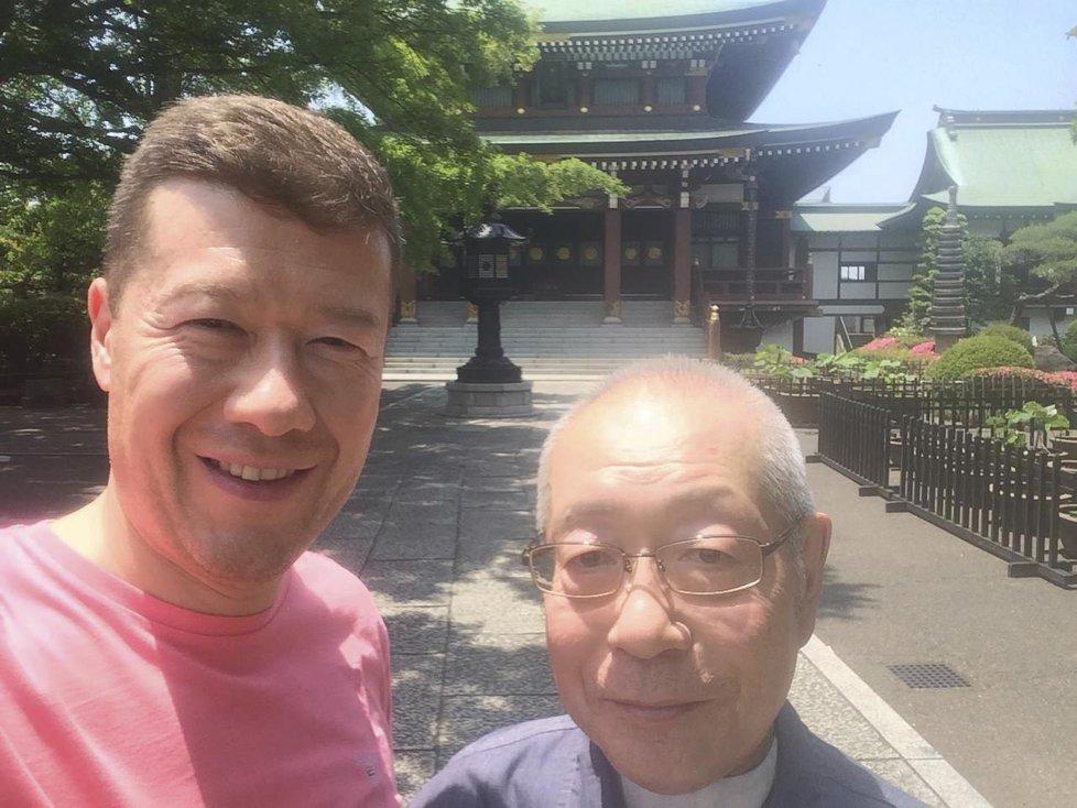 Tomio Okamura se svým otcem, o kterého se stará i přímo v Japonsku, kam za ním létá.