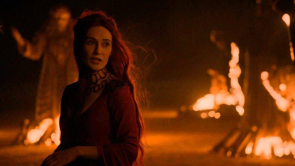 Ve druhé sérii filmařům posloužila i severoirská pláž Downhill, kde Melisandra spálila staré Bohy.