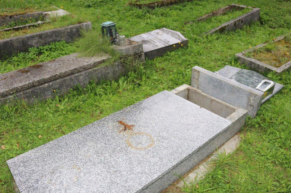 Tahle poničil náhrobky útočník v Tanvaldu.