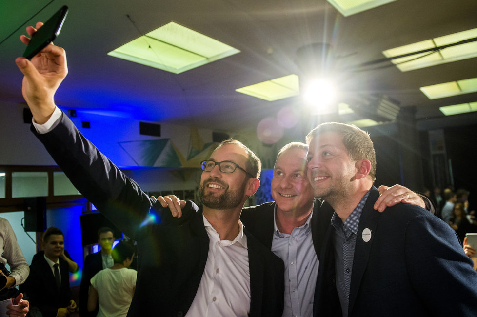 Ve volebním štábu STAN se slaví