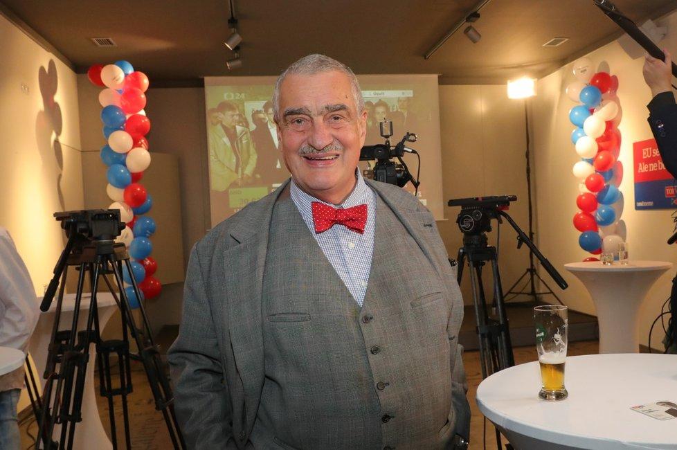 Karel Schwarzenberg ve volebním štábu TOP 09.