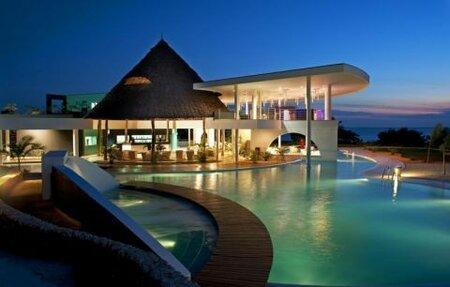 V téhle luxusní vile s vlastním bazénem i pláží můžete bydlet na Zanzibaru.