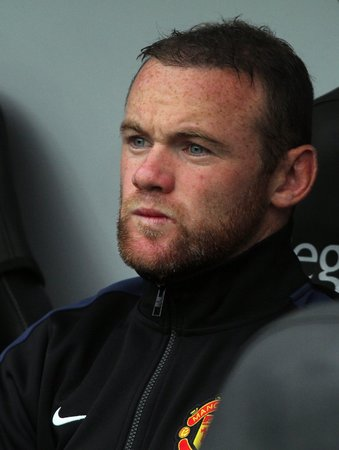 Wayne Rooney ještě jako náhradník na lavičce Manchesteru United
