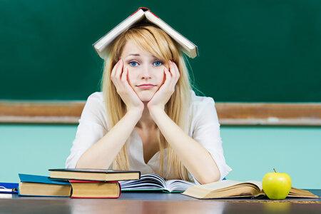Hyperaktivita se u dospělých lidí projevuje také nesoustředěností například na čtení.