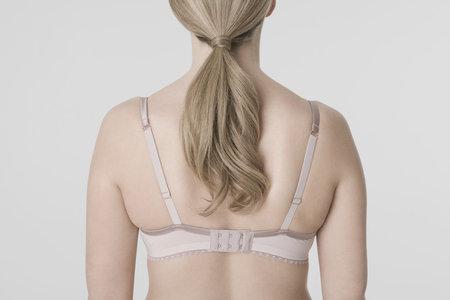 Tukové polštářky na zádech se můžou objevit i vinou špatné podprsenky.