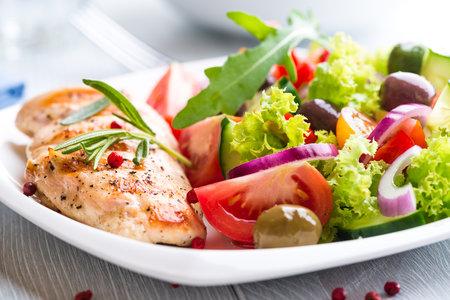 K jídlu si nezapomeňte přidat zeleninu. Snížíte tím energetickou hodnotu celého jídla.