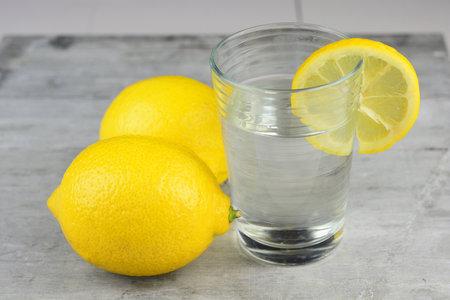 Horká voda s citronem je skvělá nejen na hubnutí, ale také vám pročistí střeva.