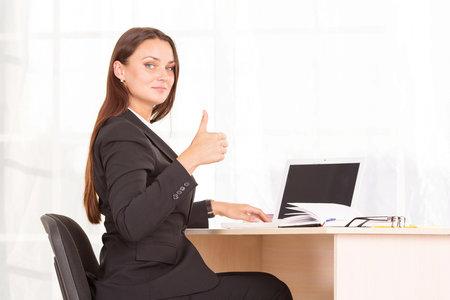 Správným sezením u stolu zamezíte případným bolestem zad.