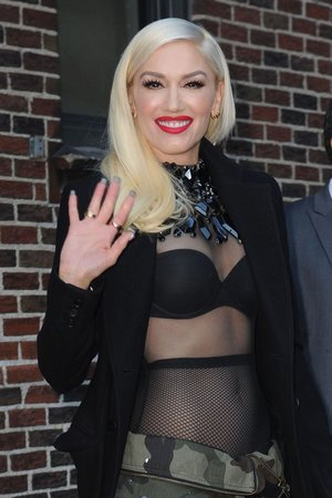 Gwen Stefani má také umělá prsa.