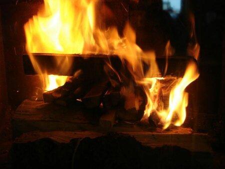 """Kontrolovaný otevřený oheň vyvolává v člověku velmi libé pocity. V dnešním přetechnizovaném světě vás pohled do ohně vrátí doslova""""ke kořenům""""."""