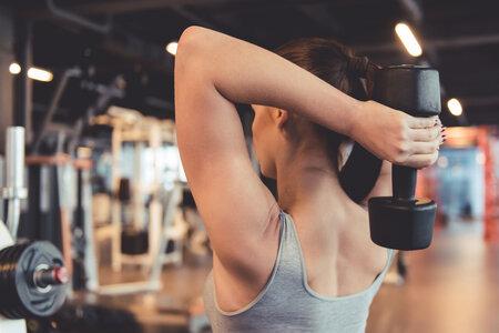 Protažení tricepsu za hlavou