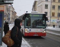 Desetiletému chlapci přejel v Praze autobus nohu na přechodu pro chodce