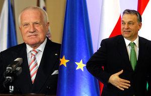 Kdo po Klausovi převezme roli rebela v EU? Zeman to nebude. Možná Orbán