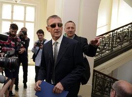 Janoušek má na krku další obvinění z podvodu. Kvůli firmě na krevní testy
