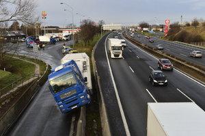 Ráno silnice pokryje zrádná ledovka: Tohle udělejte, když dostanete smyk