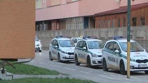 Muž vyskočil z okna, dopadl na policejní auto
