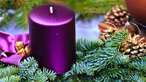 Vyrobte si místo tradičního věnce adventní svícen se čtyřmi svíčkami