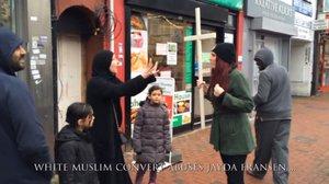 Britové provokovali křížem v ulicích: Muslimové je málem ztloukli