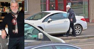 Petr Štěpánek se svým bílým bourákem parkuje na chodníku! Pokuty se asi nebojí