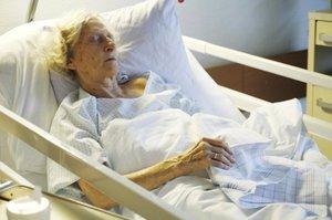 Nemocná žena se vážně zranila po pádu v koupelně: Syn ji nechal umřít