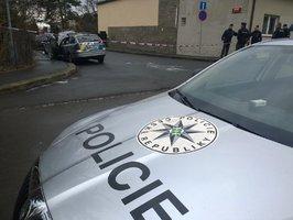 Zdrogovaný řidič nabral policistu na kapotu a vláčel ho: Strážník skončil v nemocnici