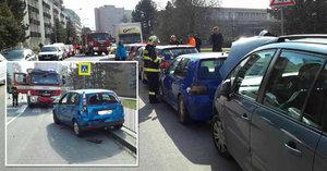 Řidič dostal infarkt za volantem: Náklaďákem v Brně naboural 21 aut!