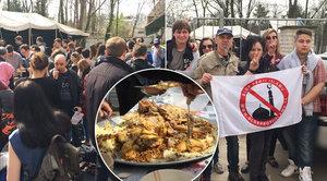 """Pražští muslimové pohostili v mešitě stovky lidí. """"Pošmákli"""" si i islamofobové"""