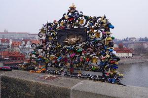 Zázračná mřížka na Karlově mostě: Má plnit přání, zamilovaní ji ale ničí