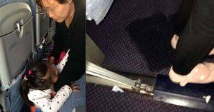 V turistické třídě jako v dobytčáku! Babička nechala vnučku vyčůrat u sedačky v letadle