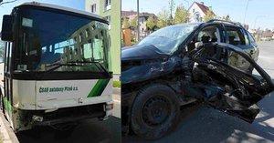 Lámal se plech a vzduchem létaly střepy: Autobus narazil v Plzni do osobáku