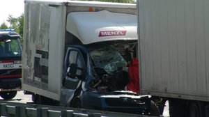 Tragická nehoda na Pražském okruhu: Řidič dodávky to napasoval do kamionu